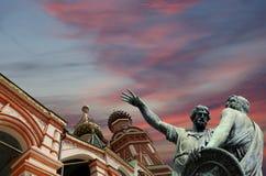 Moscú, Rusia, Plaza Roja, templo de la albahaca el monumento bendecida, de Minin y de Pojarsky Fotografía de archivo libre de regalías