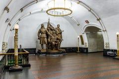Moscú, Rusia 26 puede la estación 2019 de metro de Belorusskaya cerca del ferrocarril de Belorussky Monumento de bronce a los par imagen de archivo libre de regalías