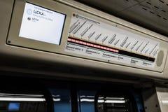Moscú, Rusia 26 puede 2019 que el marcador electrónico exhibe los nombres de las estaciones de metro foto de archivo