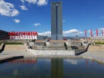Moscú, Rusia - pueden 07 2018 Banderas rojas en parque cerca de la fuente para Victory Day Imágenes de archivo libres de regalías