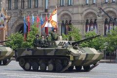 Moscú, Rusia - pueden 09, 2008: celebración del desfile de Victory Day WWII en cuadrado rojo Paso solemne del equipo militar, vol Imagenes de archivo