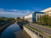 Moscú, Rusia - pueden 07 2018 edificio de la sociedad de cartera Electrozavod en los bancos del río de Yauza Imagen de archivo libre de regalías