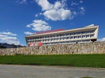 Moscú, Rusia - pueden 07 2018 enhorabuena - escrita en el edificio de la prefectura del distrito administrativo de Zelenograd vic Imágenes de archivo libres de regalías