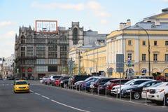 Moscú, Rusia - pueden 07 2017 Vista de los grandes almacenes centrales y del pequeño teatro en la calle de Petrovka Imagenes de archivo