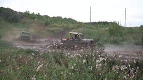 Moscú, Rusia - septiembre de 2018: SUV en el charco de los paseos de la competencia del espray en el camino de tierra clip Los co metrajes