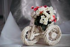 Moscú, Rusia - 06 10 2018: soporte de mimbre para las flores en la forma de una bicicleta, decoración casera, sitio acogedor, dis fotografía de archivo libre de regalías