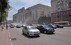 MOSCÚ, RUSIA - 15 06 2015 Tráfico en el anillo del jardín Koltso de Sadovoe - calle principal circular en Moscú central Imagenes de archivo