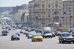 MOSCÚ, RUSIA - 15 06 2015 Tráfico en el anillo del jardín Koltso de Sadovoe - calle principal circular en Moscú central Fotos de archivo libres de regalías
