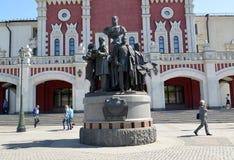 Moscú, Rusia Un monumento a los fundadores de los ferrocarriles rusos contra la perspectiva del edificio de la estación de Kazán foto de archivo