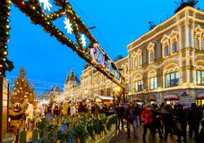 Moscú, Rusia - Yanuary 13, 2018: Gente en la Navidad y mercado justo del ` s del Año Nuevo en Plaza Roja cerca de la GOMA Fotos de archivo libres de regalías