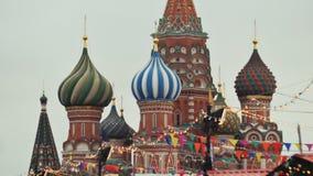 Moscú se adorna por días de fiesta del Año Nuevo y de la Navidad Bolas de la Navidad en las ramas de árboles cerca de la catedral metrajes