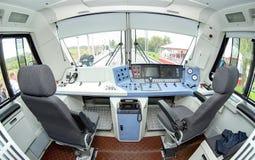 MOSCÚ, SEPT, 18, 2011: La consola interior eléctrica del lugar del escritorio del conductor de la cabina de conductor del loco EP Imagenes de archivo