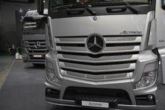MOSCÚ, SEPT, 5, 2017: La opinión sobre la plata acarrea los objetos expuestos de Mercedes-Benz Actros en la exposición ComTrans-2 Imágenes de archivo libres de regalías