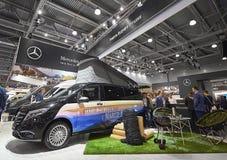MOSCÚ, SEPT, 5, 2017: Opinión sobre el minivan Mercedes Benz Marco Polo del coche que acampa con el objeto expuesto del lugar del Imagenes de archivo