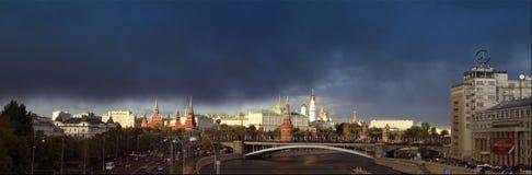 Moscú. Vista de Kremel y de la casa blanca. Fotografía de archivo
