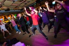 MOSC?, FEDERACI?N RUSA - 13 DE OCTUBRE DE 2018: Los profesores cubanos de la danza conducen una clase principal en salsa y el reg fotos de archivo