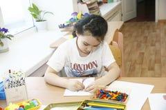 MOSCÚ, RUSIA 17 DE ABRIL DE 2014: el juego de niños con los juguetes y contrata al profesor particular a una guardería Fotos de archivo