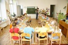 MOSCÚ, RUSIA 17 DE ABRIL DE 2014: el juego de niños con los juguetes y contrata al profesor particular a una guardería Foto de archivo libre de regalías