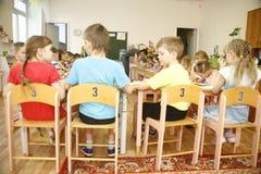 MOSCÚ, RUSIA 17 DE ABRIL DE 2014: el juego de niños con los juguetes y contrata al profesor particular a una guardería Imagen de archivo libre de regalías