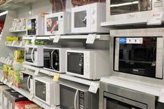 Moscú, Rusia - 2 de febrero 2016 horno de microondas en Eldorado, tiendas de cadena grandes que venden electrónica Fotos de archivo libres de regalías