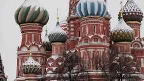MOSC?, RUSIA - DICIEMBRE DE 2018: Cierre encima de la inclinaci?n para arriba de la catedral de la albahaca del St en nieve metrajes