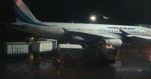 Mosc? Rusia, el 3 de marzo de 2019: Equipo de tierra que prepara el avi?n de pasajeros en el aeropuerto de Domodedovo metrajes
