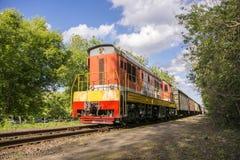 mosc? Rusia 27 puede 2019 La locomotora rusa se piensa para el transporte de los coches y de los tanques ferroviarios de carga imagenes de archivo
