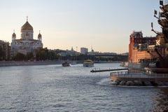 mosc? Vista de la catedral de Cristo el salvador del escupitajo del río de Moskva imagen de archivo