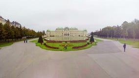 Mosca aérea através das portas, atração turística famosa Áustria do palácio do Belvedere vídeos de arquivo