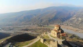 mosca aérea da opinião do zangão 4k ao redor de Mtskheta, Geórgia com catedral de Svetitskhoveli skyline do marco, Tbilisi filme