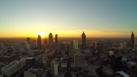 Mosca aérea del paisaje urbano de Atlanta detrás almacen de metraje de vídeo
