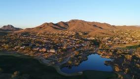 Mosca aérea del peligro del agua del campo de golf de Arizona encima metrajes