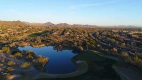 Mosca aérea del verde del campo de golf de Arizona encima metrajes
