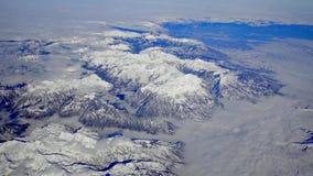 Mosca aérea sobre las montañas nevadas de las montañas europeas