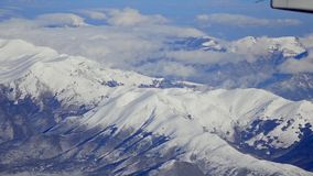 Mosca aérea sobre montanhas cobertos de neve dos cumes europeus filme