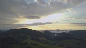 Mosca aérea sobre a paisagem rural verde no por do sol filme