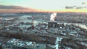 Mosca aérea sobre zona industrial almacen de video