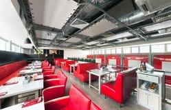 MOSCA - AGOSTO 2014: Interno della cucina italiana a catena internazionale della casa del ristorante Immagini Stock