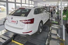 MOSCA, AGOSTO 22, 2017: Strumenti dei dispositivi di manutenzione dell'automobile del supporto di mostra e dell'attrezzatura di s Immagine Stock