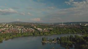 Mosca alta della vite della vigna di fine aerea obliqua delle azione sul lago nel fondo archivi video