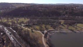 Mosca ascendente de la vid del viñedo del cierre aéreo oblicuo de la acción encima del lago en fondo almacen de metraje de vídeo