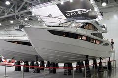 MOSCA bianca di Galeon 420 dell'yacht nell'Expo del croco di mostra in MOS Fotografie Stock
