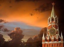 Mosca chimes su una priorità bassa un cielo della tempesta Fotografie Stock Libere da Diritti