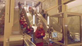 MOSCA - CIRCA APRILE 2018: Punto di vista della gente che utilizza scala mobile nella nuova stazione della metropolitana stock footage