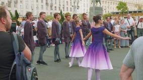 Mosca - circa settembre 2018: Le ragazze in vestiti piacevoli da balletto ballano sulla manifestazione in via il giorno della cit stock footage