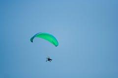 Mosca con paragliding Imagenes de archivo