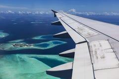 Mosca de Arplane sobre atolones Fotos de archivo libres de regalías