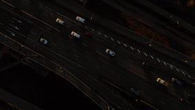 Mosca de arriba de la puesta del sol cinemática aérea sobre un puente meridional en Riga, Letonia que muestra el tráfico - profes metrajes