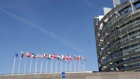Mosca de la bandera de unión europea en el medio palo después del attentado terrorista de Manchester