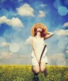 Mosca de la encantadora del Redhead sobre campo de la rabina de la primavera en la escoba. Fotografía de archivo libre de regalías